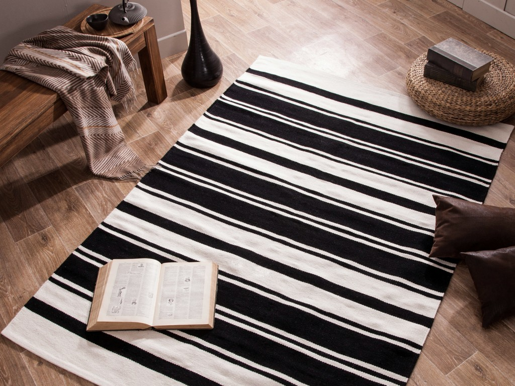tapis salon noir et blanc 20 id es de d coration. Black Bedroom Furniture Sets. Home Design Ideas